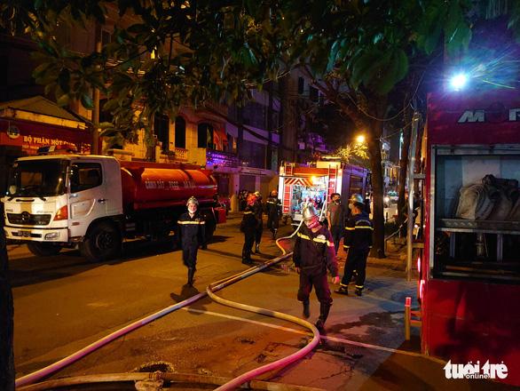 Cháy nhà ở Hà Nội, người dân chạy ùa ra coi dù được yêu cầu giải tán - Ảnh 4.