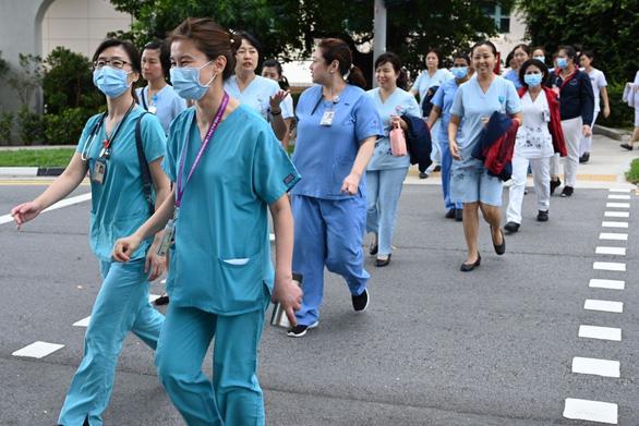 Vì sao nhân viên y tế Singapore ít bị phơi nhiễm COVID-19? - Ảnh 1.