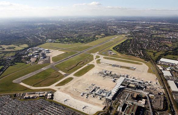Anh biến sân bay Birmingham thành nhà xác tạm khổng lồ - Ảnh 1.