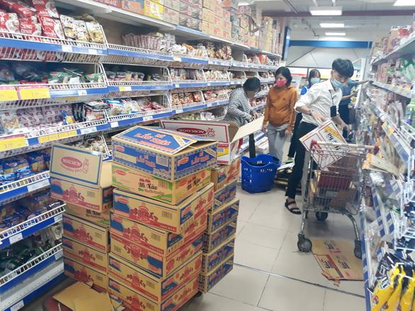 TP.HCM: hàng hóa dồi dào, ăn mấy tháng không hết - Ảnh 1.