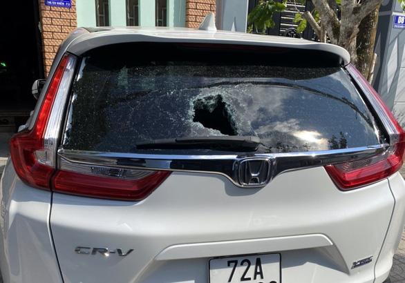 Hàng loạt xe hơi bị ném vỡ kính, đèn lúc rạng sáng giữa thành phố Vũng Tàu - Ảnh 1.