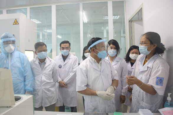 Hàng trăm y, bác sĩ ngoài công lập Hà Tĩnh tình nguyện phòng chống dịch - Ảnh 1.