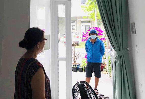 Mùa COVID-19: Nhớ mẹ qua thăm nhưng... nhất quyết không vào nhà - Ảnh 1.