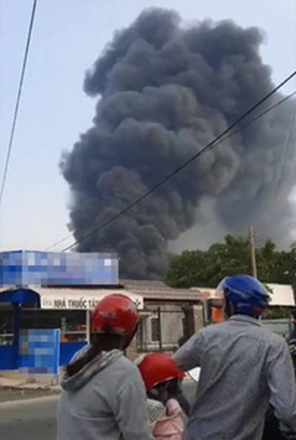 Cháy công ty sản xuất nhựa ở Củ Chi, cột khói bốc lên ngùn ngụt - Ảnh 1.