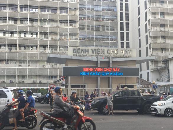 Bệnh viện Chợ Rẫy tạm ngưng hoạt động một số khoa, phòng do COVID-19  - Ảnh 1.