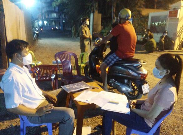 Bình Thuận thẳng tay xử phạt nhiều người không đeo khẩu trang nơi công cộng - Ảnh 1.