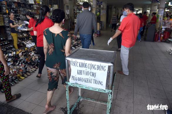 Nhiều người dân đeo khẩu trang kiểu đối phó, khó xử phạt - Ảnh 1.