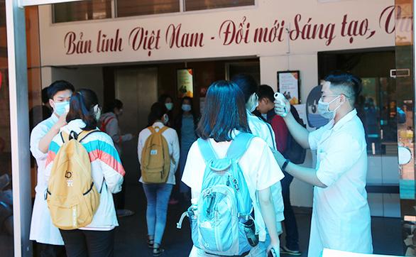 Sinh viên Duy Tân phòng chống dịch COVID-19 trong ngày đầu trở lại trường - Ảnh 1.