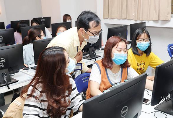 Sinh viên Duy Tân phòng chống dịch COVID-19 trong ngày đầu trở lại trường - Ảnh 8.