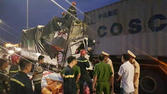 Ba người tử vong trong cabin xe chở gạo bẹp dúm - Ảnh 2.