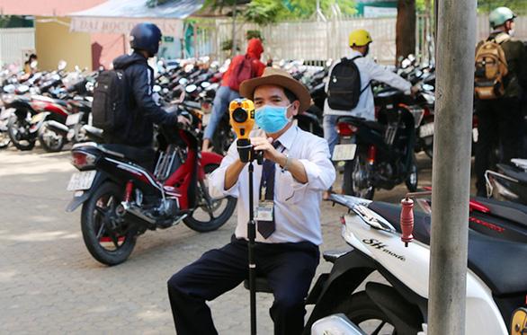 Sinh viên Duy Tân phòng chống dịch COVID-19 trong ngày đầu trở lại trường - Ảnh 4.