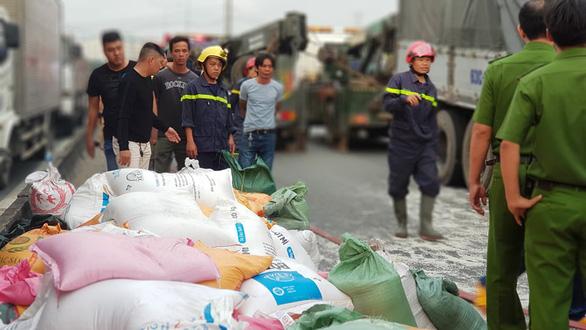 Ba người tử vong trong cabin xe chở gạo bẹp dúm - Ảnh 6.