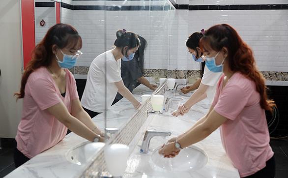 Sinh viên Duy Tân phòng chống dịch COVID-19 trong ngày đầu trở lại trường - Ảnh 5.