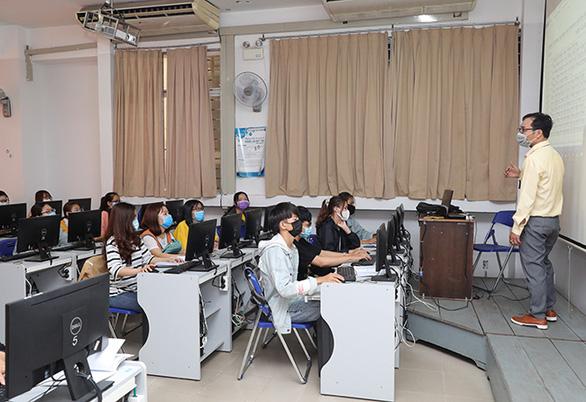 Sinh viên Duy Tân phòng chống dịch COVID-19 trong ngày đầu trở lại trường - Ảnh 6.