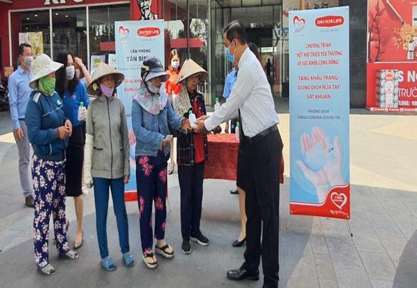 Dai-ichi Life VN tặng khẩu trang và dung dịch rửa tay sát khuẩn - Ảnh 1.