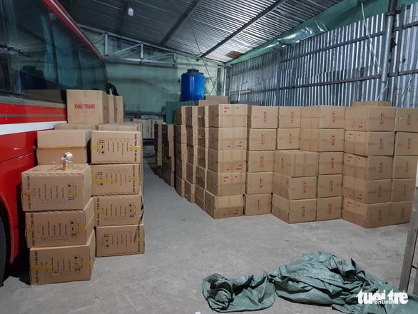 Tạm giữ gần 1 triệu khẩu trang trong kho hàng ở quận Tân Phú - Ảnh 3.