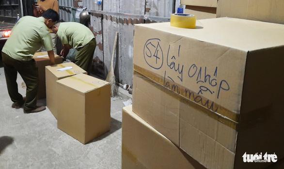 Tạm giữ gần 1 triệu khẩu trang trong kho hàng ở quận Tân Phú - Ảnh 5.