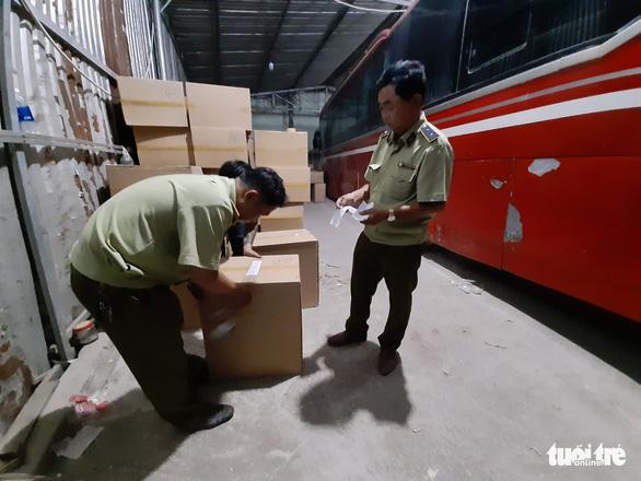 Tạm giữ gần 1 triệu khẩu trang trong kho hàng ở quận Tân Phú - Ảnh 2.