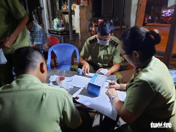 Tạm giữ gần 1 triệu khẩu trang trong kho hàng ở quận Tân Phú - Ảnh 4.