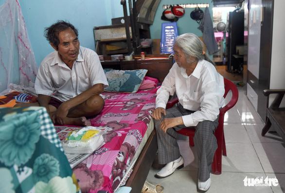 'Thần tài Sài Gòn dang nắng dầm mưa bán vé số để làm từ thiện - Ảnh 2.