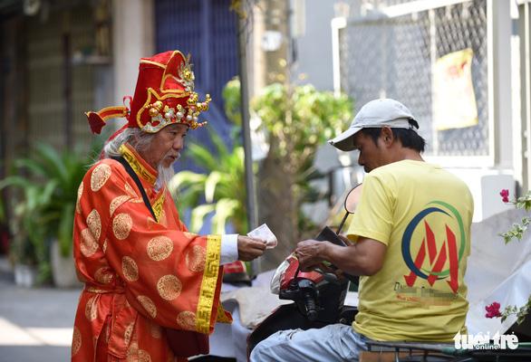 'Thần tài Sài Gòn dang nắng dầm mưa bán vé số để làm từ thiện - Ảnh 6.