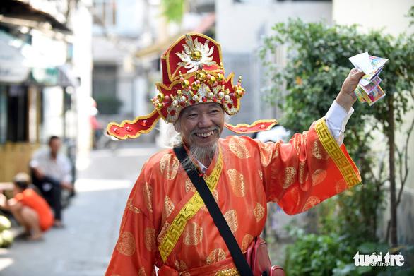 'Thần tài Sài Gòn dang nắng dầm mưa bán vé số để làm từ thiện - Ảnh 1.