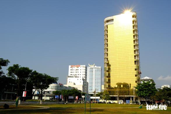 Tòa nhà ốp kính gây chói mắt, chủ đầu tư, nhà thầu phải chịu trách nhiệm - Ảnh 1.