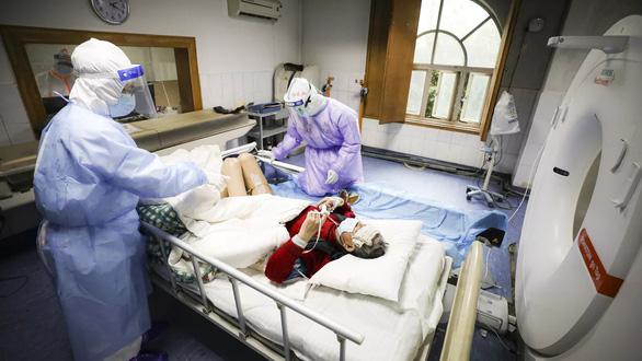 Vì sao Trung Quốc giảm kỷ lục số ca bệnh COVID-19? - Ảnh 2.