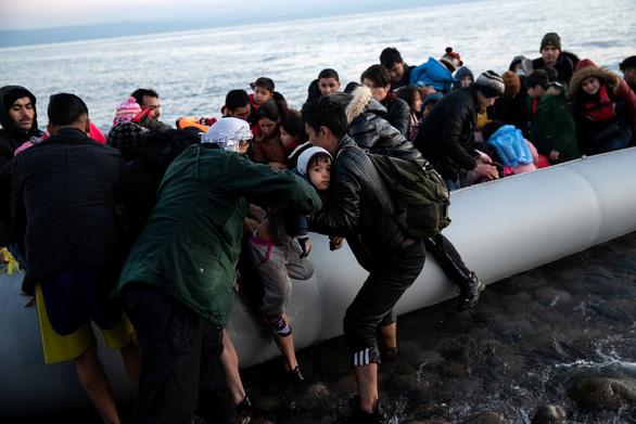 Hi Lạp bị tố bắn, đâm chìm xuồng chở người tị nạn trên biển - Ảnh 1.