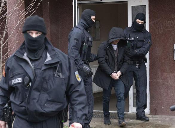 700 cảnh sát Đức phá đường dây đưa người Việt nhập cư bất hợp pháp - Ảnh 1.