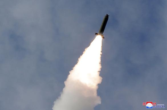 Triều Tiên bắn pháo tầm xa giữa mùa corona - Ảnh 2.