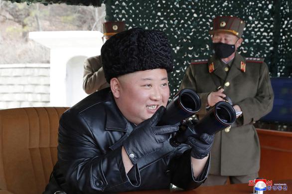 Triều Tiên bắn pháo tầm xa giữa mùa corona - Ảnh 1.
