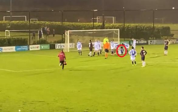Đoàn Văn Hậu bị chấn thương rời sân khi đá cho Jong Heerenveen - Ảnh 1.