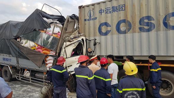 Khẩn trương điều tra vụ xe tải đụng xe container ở quận 12 khiến 3 người chết - Ảnh 1.