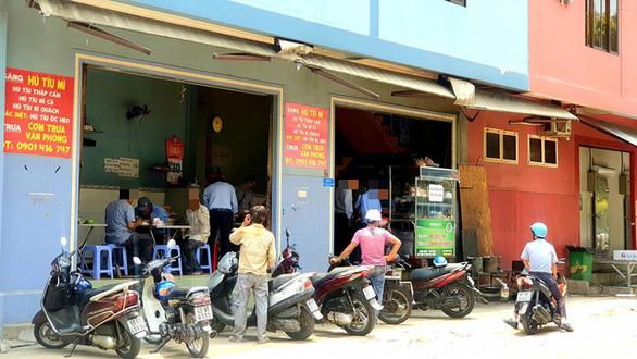 Nhiều quán ăn, cà phê vỉa hè lách quy định, vẫn mở cửa đón khách - Ảnh 2.