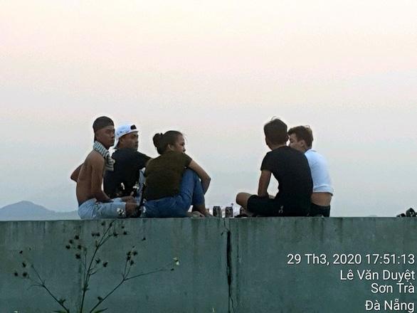 Đà Nẵng tạm giữ xe máy của những người tụ tập hóng gió, thả diều, ăn nhậu - Ảnh 2.