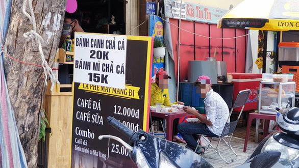 Nhiều quán ăn, cà phê vỉa hè lách quy định, vẫn mở cửa đón khách - Ảnh 4.