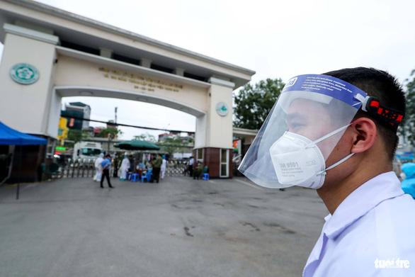 Nhắn tin yêu cầu 18.000 người đã khám bệnh ở Bạch Mai thực hiện cách ly - Ảnh 1.