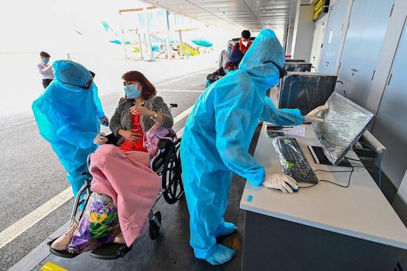 Sân bay Vân Đồn đón chuyến bay đưa 56 người Việt từ Ukraine về nước - Ảnh 2.
