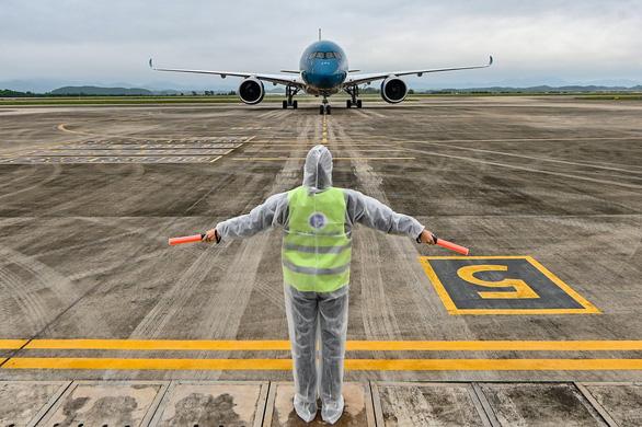 Sân bay Vân Đồn đón chuyến bay đưa 56 người Việt từ Ukraine về nước - Ảnh 1.