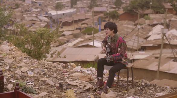 Lê Cát Trọng Lý quay MV tại khu ổ chuột lớn nhất châu Phi - Ảnh 3.