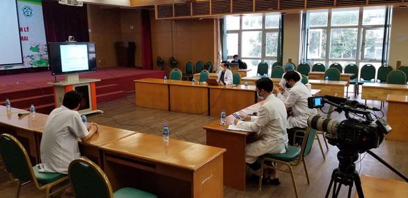 Vào Bệnh viện Bệnh nhiệt đới và Bạch Mai quay phim tài liệu về COVID-19 ở Việt Nam - Ảnh 1.