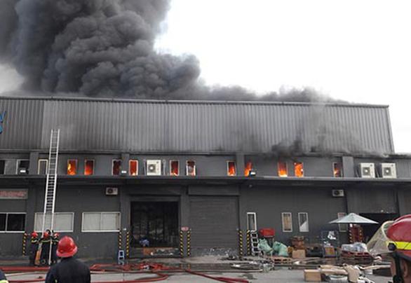 Kho hàng ở quận Tân Bình bốc cháy ngùn ngụt lúc rạng sáng - Ảnh 2.