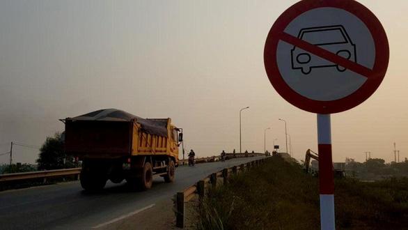 Dân phản ứng vì biển báo cấm ôtô qua cầu Đại Lộc - Ảnh 1.