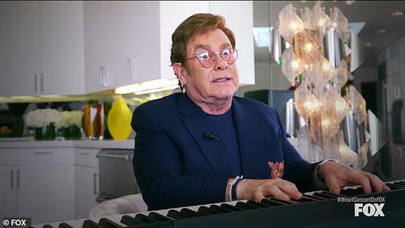 Hát trên sofa, hát trong nhà bếp... quyên góp 8 triệu USD phòng chống COVID-19 - Ảnh 1.