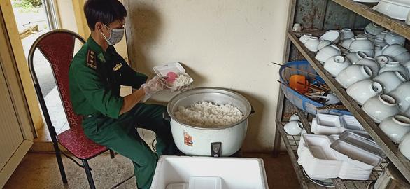 Bữa cơm ở khu cách ly ấm tình quân dân nơi biên giới Việt - Lào - Ảnh 6.