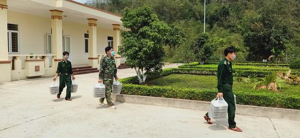 Bữa cơm ở khu cách ly ấm tình quân dân nơi biên giới Việt - Lào - Ảnh 8.