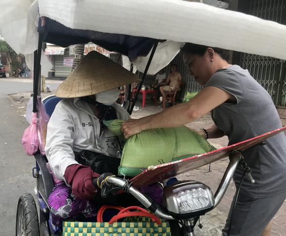 3 người bỏ dở chén trà, mua 1,5 tấn gạo chia cho người nghèo trước giờ cách ly - Ảnh 1.