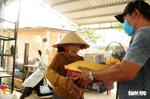 Người bán vé số dạo bật khóc khi nhận gạo tiếp tế - Ảnh 15.