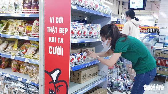 Sau chỉ thị cách ly toàn xã hội, siêu thị ở TP.HCM gạo, thịt... vẫn đầy ắp - Ảnh 7.
